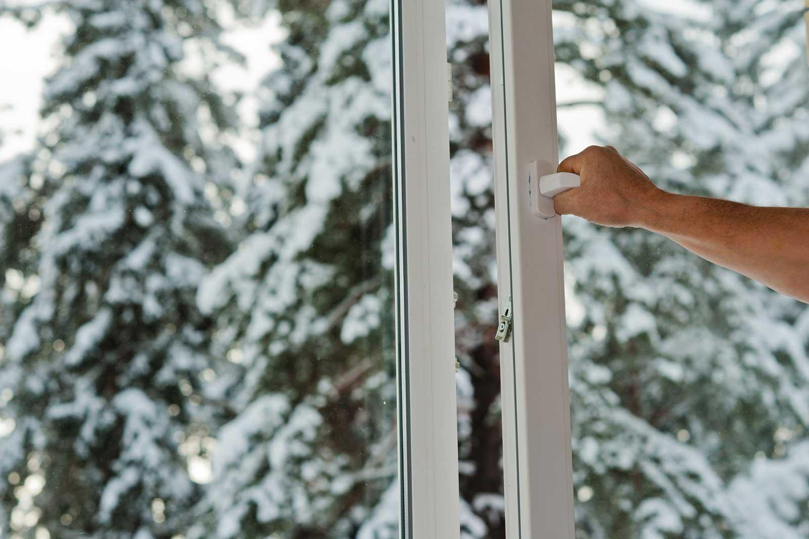 main-fenêtre-hiver-opt72